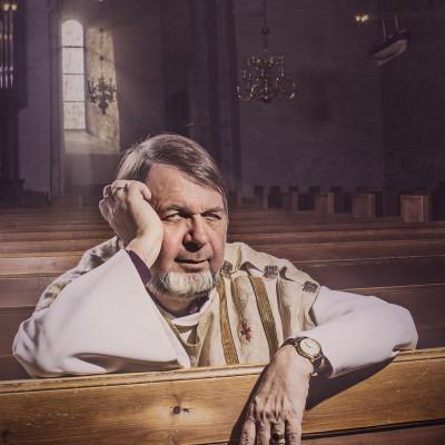 portrettfoto av prest i kirke