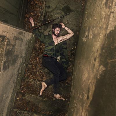portrett av død ungdom i kjellertrapp