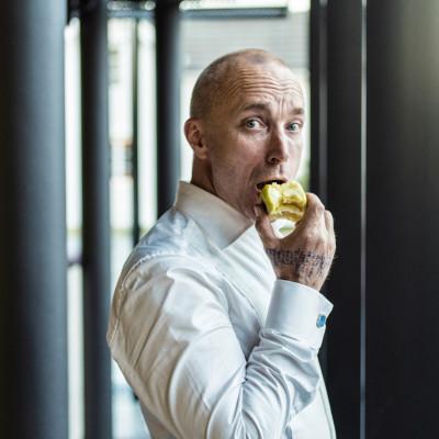 Åsleik Engmark spiser eple